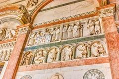 Las esculturas medievales en el ataque frontal de la catedral en Lucca, I fotografía de archivo libre de regalías