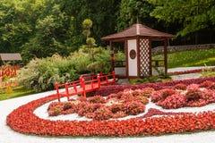 Las esculturas se hacen de la decoración y de flores en estilo japonés Fotos de archivo