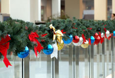 Las esferas del Año Nuevo en ramas del abeto Foto de archivo libre de regalías