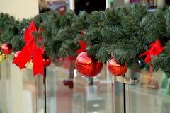 Las esferas del Año Nuevo en ramas del abeto Fotos de archivo