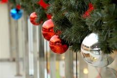 Las esferas del Año Nuevo en ramas del abeto Fotografía de archivo