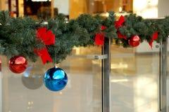 Las esferas del Año Nuevo en ramas del abeto Imagenes de archivo