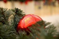 Las esferas del Año Nuevo en ramas del abeto Fotos de archivo libres de regalías