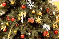 Las esferas del Año Nuevo en ramas del abeto Imágenes de archivo libres de regalías