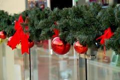 Las esferas del Año Nuevo en ramas del abeto Imagen de archivo libre de regalías