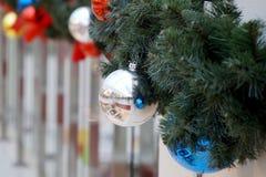 Las esferas del ` s del Año Nuevo en abeto ramifican Foto de archivo libre de regalías