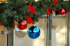 Las esferas del ` s del Año Nuevo en abeto ramifican Imágenes de archivo libres de regalías
