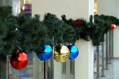 Las esferas del ` s del Año Nuevo en abeto ramifican Fotos de archivo libres de regalías