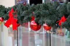 Las esferas del ` s del Año Nuevo en abeto ramifican Foto de archivo