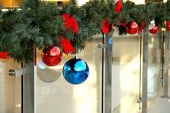 Las esferas del ` s del Año Nuevo en abeto ramifican Fotografía de archivo