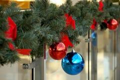 Las esferas del ` s del Año Nuevo en abeto ramifican Imagen de archivo libre de regalías