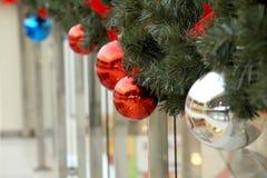 Las esferas del ` s del Año Nuevo en abeto ramifican Imagenes de archivo
