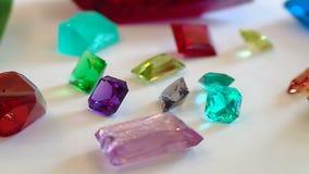 Las esmeraldas son crecidas en un laboratorio por una manera artificial almacen de video
