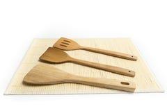 Las espadas o el lugar de madera de las aletas en la estera de bambú aislaron el fondo blanco Fotos de archivo libres de regalías
