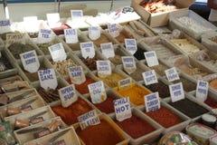 Las especias coloridas en un mercado turco imagen de archivo libre de regalías