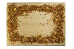 Las especias de los condimentos dispersaron en una tabla de cortar bajo la forma de marco fotografía de archivo libre de regalías