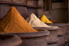 Las especias llenan (polvo de curry) en la Marrakesh Imágenes de archivo libres de regalías
