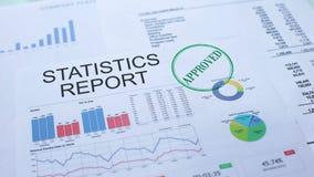 Las estadísticas divulgan aprobado, mano que sella el sello en el documento oficial, estadísticas almacen de video