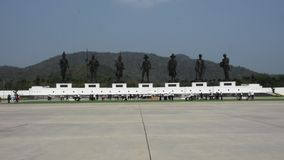 Las estatuas de bronce de siete reyes tailandeses en Rajabhakti parquean en Prachuap Khiri Khan, Tailandia metrajes
