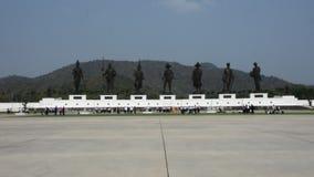 Las estatuas de bronce de siete reyes tailandeses en Rajabhakti parquean en Prachuap Khiri Khan, Tailandia almacen de metraje de vídeo