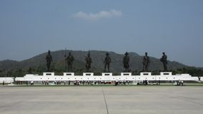 Las estatuas de bronce de siete reyes tailandeses en Rajabhakti parquean en Prachuap Khiri Khan, Tailandia almacen de video