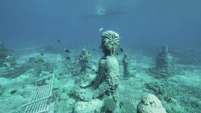 Las estatuas de Buda riegan con poca agua 4k a cámara lenta almacen de video