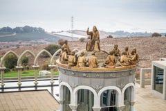 Las estatuas de Jesús y de doce apóstoles, Domus Galileae en Israel foto de archivo