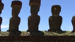 Las estatuas de la isla de pascua enfocan hacia fuera cielo azul almacen de video