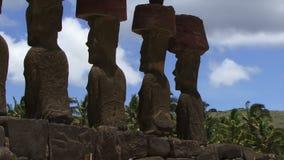 Las estatuas de la isla de pascua enfocan hacia fuera tiraron metrajes