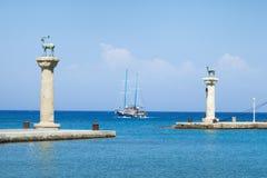 Las estatuas de los ciervos en la entrada a Mandraki se abrigan, Rhodes Island, foto de archivo