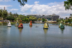 Las estatuas de Orixas de los santos africanos tradicionales de Candomble delante de la arena Fonte Nova Stadium en Dique hacen T Fotografía de archivo