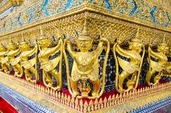 Las estatuas de oro del garuda en el palacio o el templo magnífico del Emera Fotografía de archivo libre de regalías