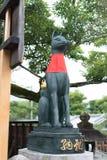 Las estatuas del zorro en la capilla de Fushimi Inari imagen de archivo