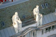 Las estatuas encima de los edificios viejos de la ciudad en la prohibición Jelacic ajustan en Zagreb fotografía de archivo