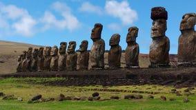 Las estatuas hermosas de la isla de pascua están mirando al cielo imagen de archivo