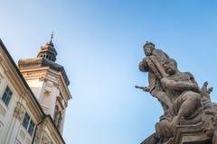 Las estatuas históricas acercan a la universidad de la jesuita en Kutna Hora imagenes de archivo