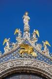 Las estatuas y el frontispicio hicieron en mármol y oro en Venecia imagenes de archivo