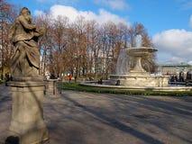 Las estatuas y una fuente del Saski parquean foto de archivo