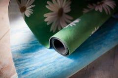 Las esteras coloridas de la yoga están en el piso Foto de archivo libre de regalías