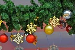 Las estrellas de la nieve del oro y la bola coloreada adornan Fotografía de archivo libre de regalías