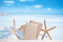 Las estrellas de mar blancas con la foto retra en blanco en la arena blanca varan, el cielo a imagen de archivo libre de regalías
