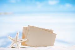 Las estrellas de mar blancas con la foto retra en blanco en la arena blanca varan, el cielo a fotos de archivo libres de regalías