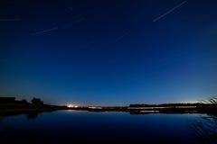 Las estrellas en el cielo nocturno reflejaron en el río Las luces franco imagen de archivo libre de regalías