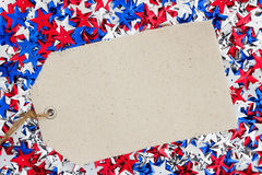 Las estrellas rojas, blancas y azules de los E.E.U.U. con el regalo marcan el fondo con etiqueta Imagenes de archivo