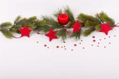 Las estrellas rojas de la bola y del rojo de la Navidad en abeto ramifican Imagenes de archivo