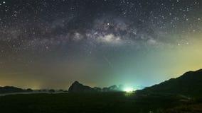 Las estrellas y la subida de la vía láctea tarde en la noche, las nubes resbaladizas En la forma hermosa de la montaña, Thaila almacen de video