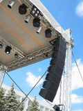 Las estructuras de la iluminación de etapa ponen de relieve el equipo y el speake fotografía de archivo libre de regalías