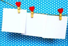 Las etiquetas engomadas del Libro Blanco que cuelgan en corazón forman los pernos y el bramante Imágenes de archivo libres de regalías