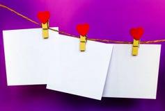 Las etiquetas engomadas del Libro Blanco que cuelgan en corazón forman los pernos y el bramante Fotografía de archivo