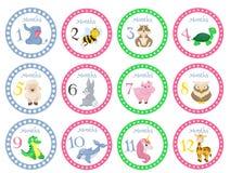 Las etiquetas engomadas del mes del cumpleaños con los animales para los bebés vector el ejemplo ilustración del vector